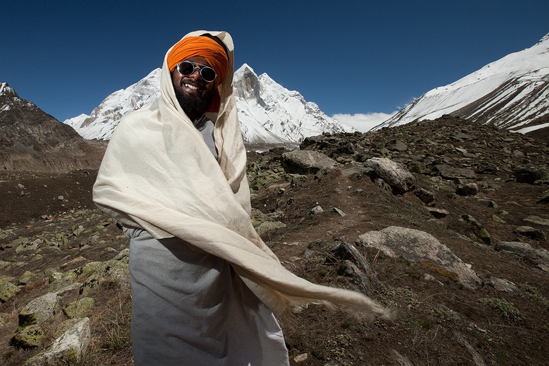 High above the Gangotri glacier, lives Moni Baba. He has sustained a vow of silence for over two years. With writing and body language he describes how sacred this area is. Moni baba has chosen this vow of silence as a Hindu gesture to come closer to God. The forestry department are however trying to remove him by stopping food and fuel supplies at their check point further down the valley.